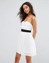 Boohoo | Приталенное платье бандо мини Boohoo - Белый | Clouty