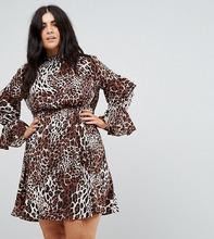 Club L | Платье с высоким воротом и ярусными рукавами Club L Plus - Мульти | Clouty