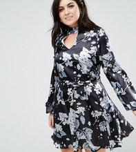 Club L | Атласное приталенное платье с чокером и принтом Club L Plus - Мульти | Clouty